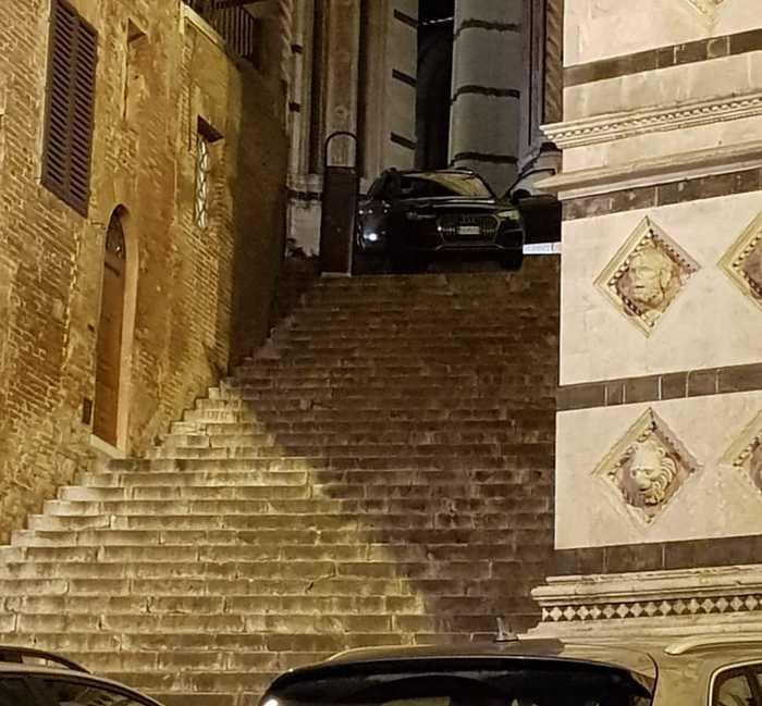 Photo of Siena, auto sulle scalinate del Duomo per un errore del navigatore satellitare