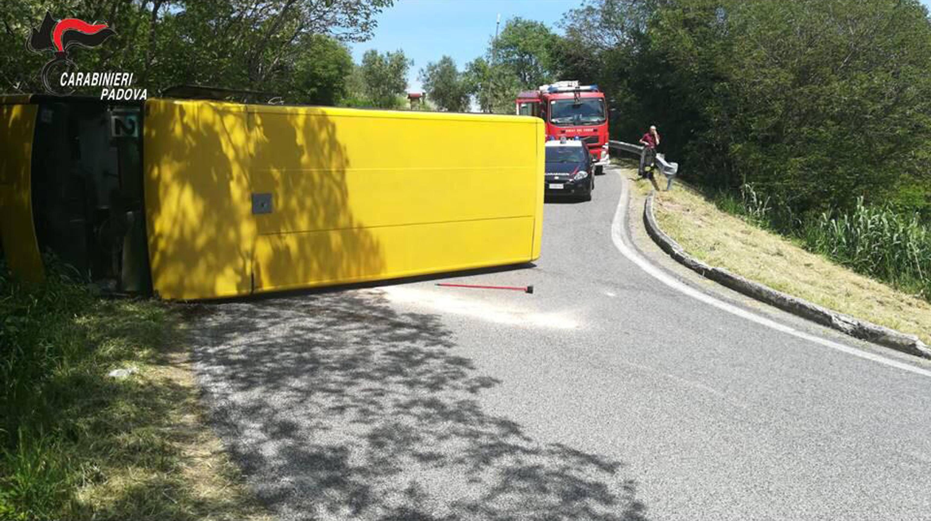 Photo of Autobus si rovescia, otto studenti feriti: l'autista era positivo all'alcoltest