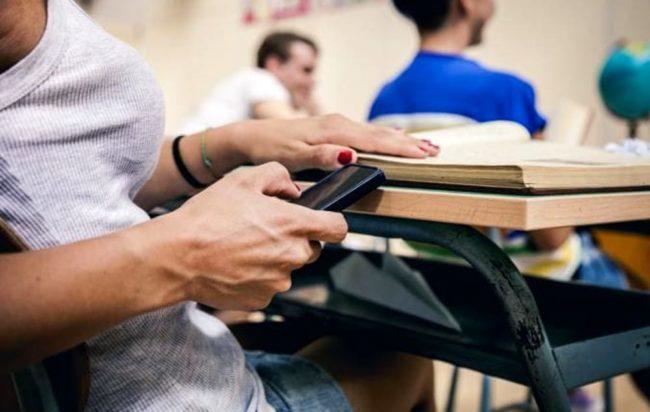 telefono-cellulare-classe-scuola-2