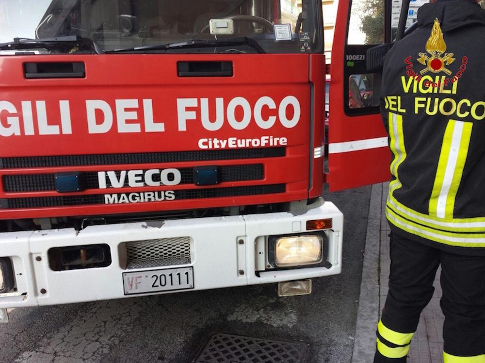 Photo of Paura a Roma, maxi incendio in un parcheggio: un morto