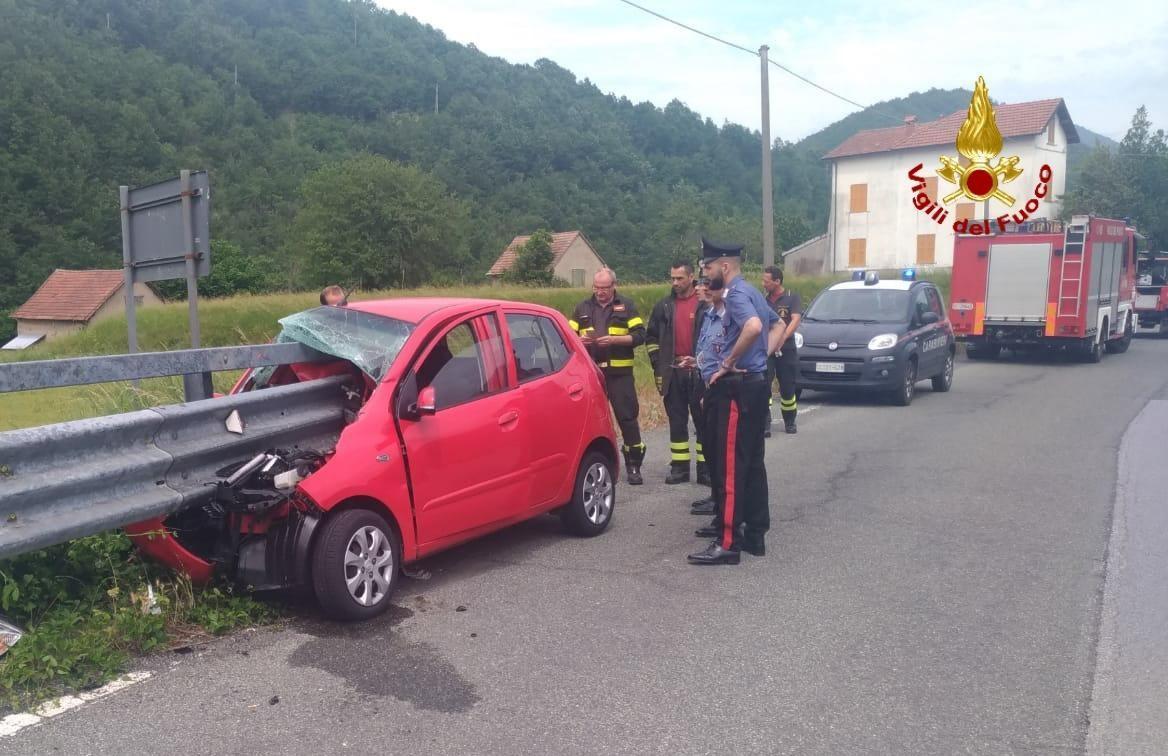 Photo of Auto sventrata dal guard rail, miracolosamente illeso il conducente