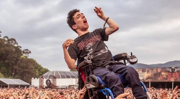 Photo of Ragazzo disabile sollevato in aria dal pubblico durante un concerto, la foto commuove il web