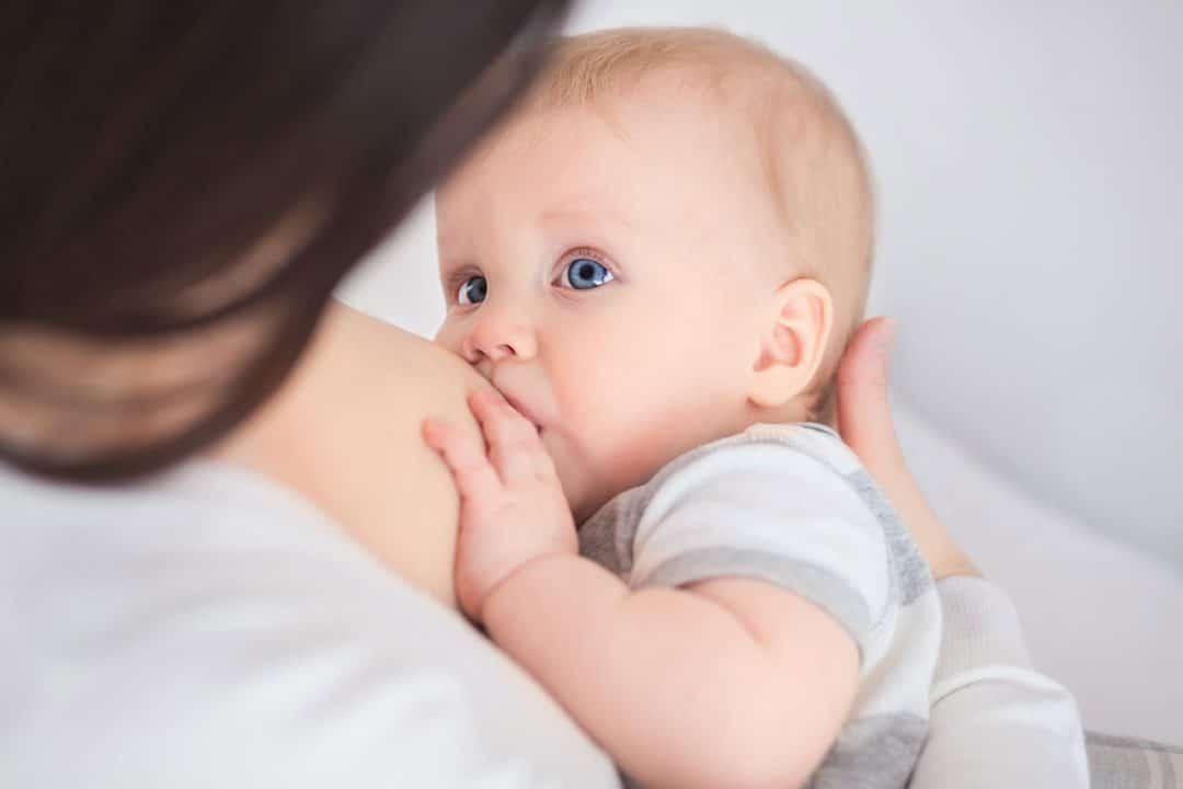 Photo of Allattamento al seno, il latte materno salva la vita: ecco perché