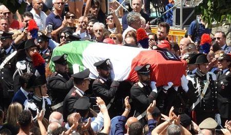 Photo of Carabiniere ucciso a Roma, i funerali: foto delle nozze sulla bara