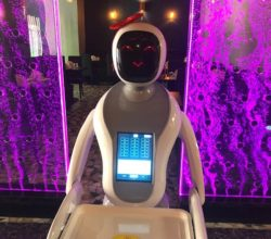 cagliari-cameriera-robot-sushi-bar