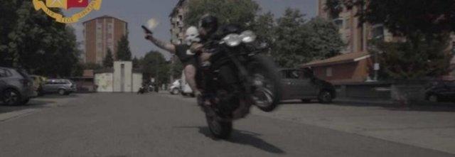 Photo of Milano, girano un video musicale in moto e sparano a salve: denunciati