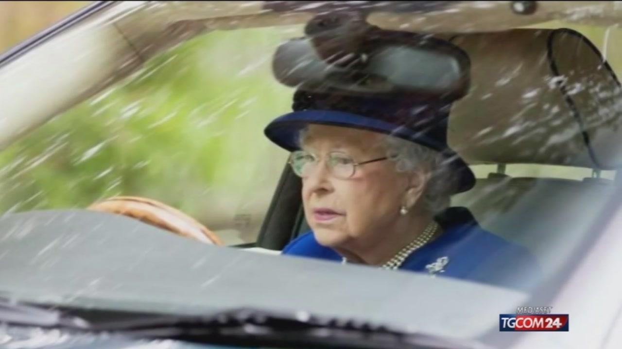 Photo of Inghilterra, la regina Elisabetta guida senza patente e non ha mai preso lezioni