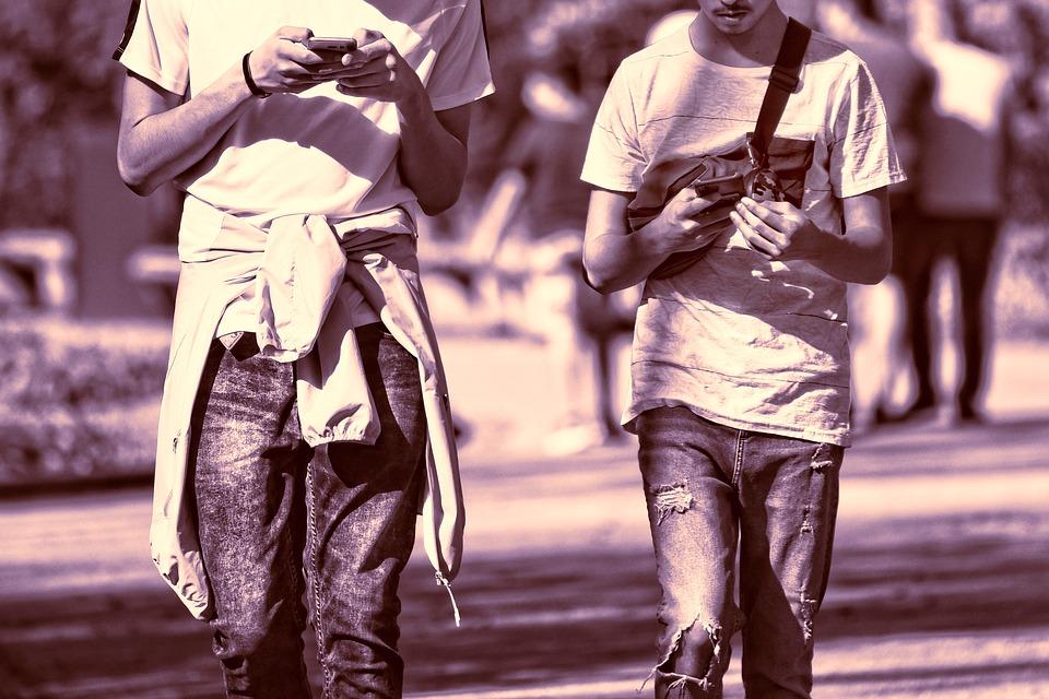 Photo of Incidenti stradali: il pedone è responsabile se attraversa mentre parla al telefono