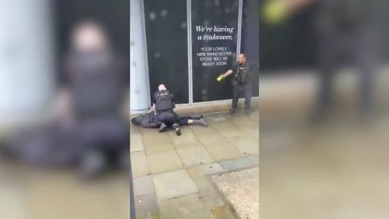 Photo of Accoltellamento davanti ad un centro commerciale: paura a Manchester