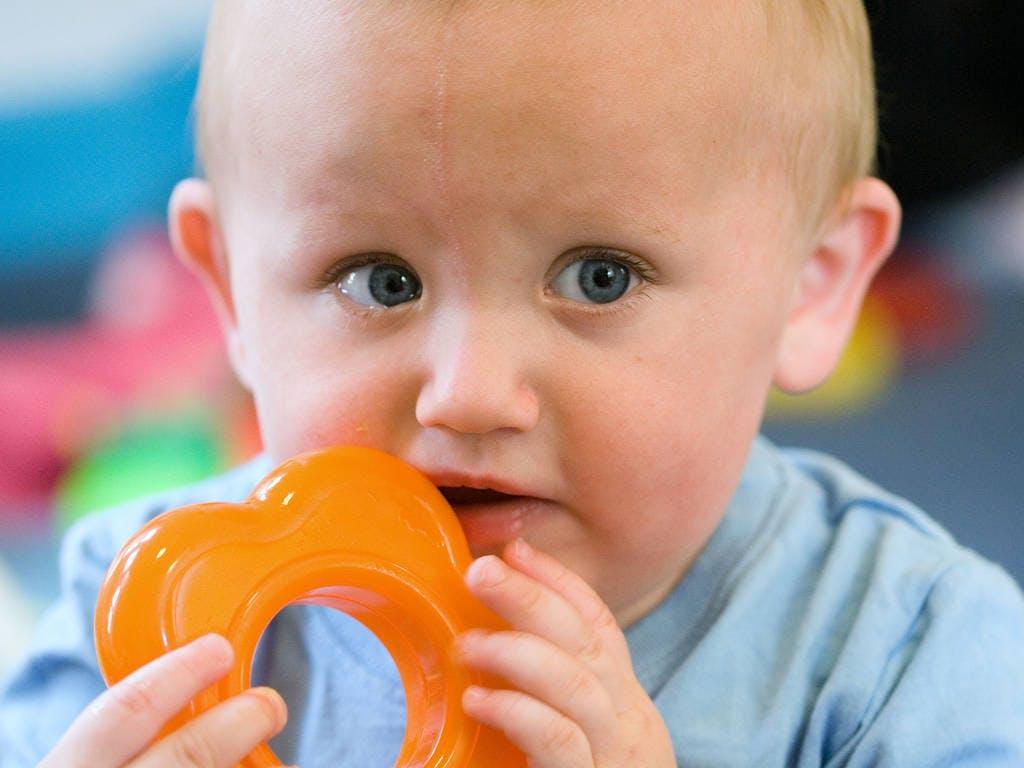 Photo of Zuccheri e alcol nei prodotti per la dentizione dei bambini: le raccomandazioni dei medici