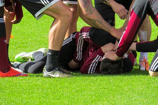 Photo of Shock sul campo di calcio, 29enne avverte un malore e si accascia: morirà un'ora dopo