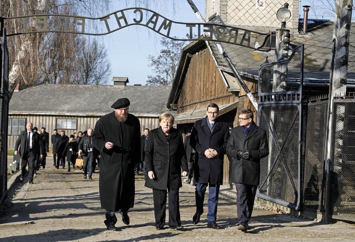 Photo of Angela Merkel ad Auschwitz: è il primo cancelliere tedesco a fare visita al campo dal 1995