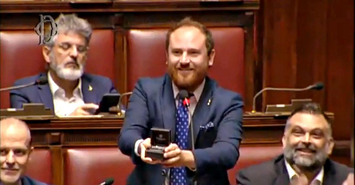 Photo of Deputato leghista fa proposta di matrimonio alla Camera: le nozze pianificate da tempo