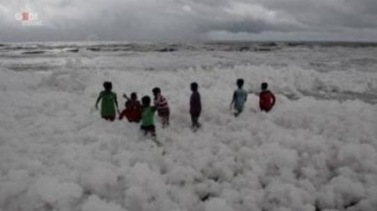 Photo of Inquinamento in India, i bambini giocano in un mare di schiuma tossica