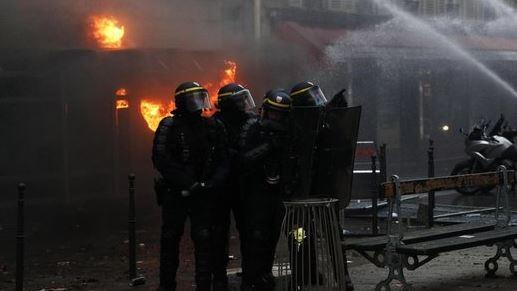 scontri-parigi-governo-ritira-riforma-pensioni