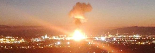 Photo of Spagna, esplosione nel petrolchimico: persone barricate in casa