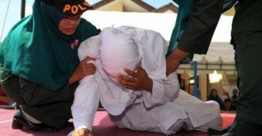 indonesia-donna-frustrata-schiena-crimine-morale
