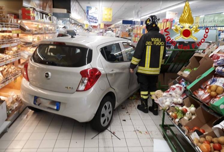 cadegliano-viconago-sbaglia-manovra-supermercato