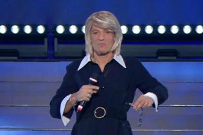 Photo of Sanremo, Fiorello si traveste da Maria De Filippi: poi arriva la chiamata in diretta