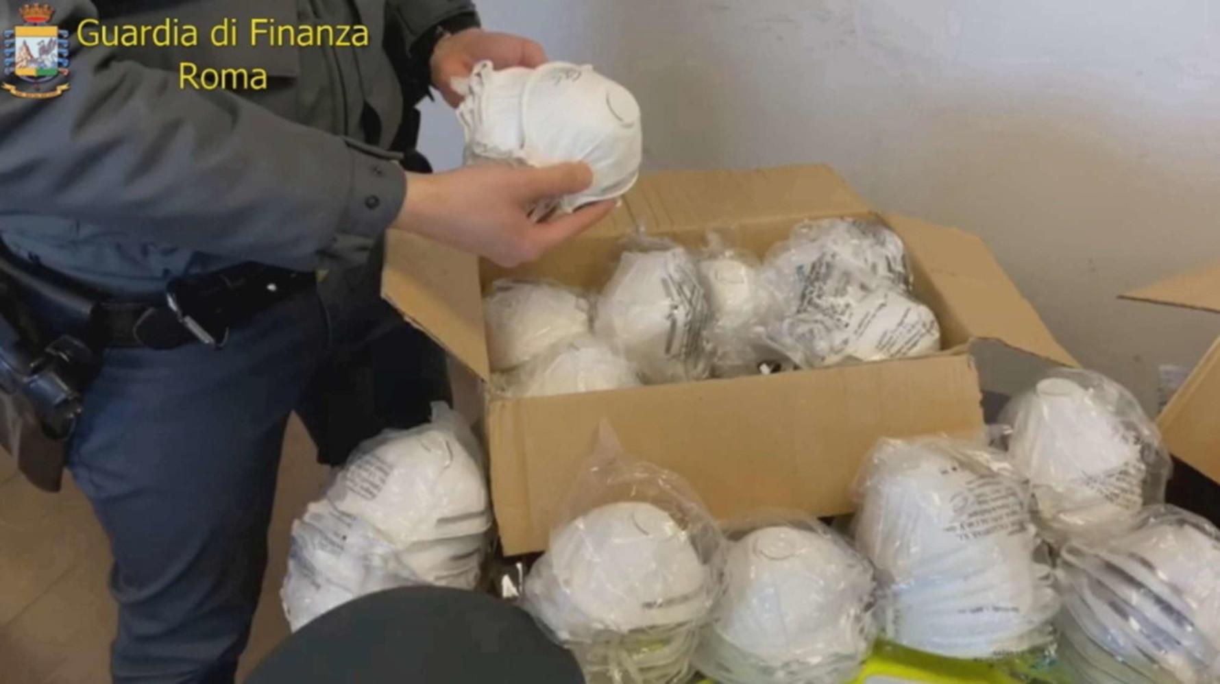 Coronavirus, blitz delle fiamme gialle a Catania. Sono state sequestrate ben 10mila mascherine sprovviste delle indicazioni necessarie per la sicurezza dei prodotti.