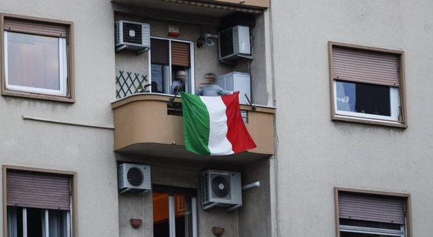Coronavirus, città deserte, balconi pieni: flash mob in tutta Italia con l'Inno di Mameli