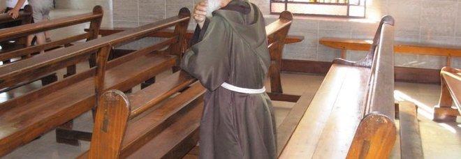 Coronavirus, prete mette telefono sulla salma e prega con i parenti a casa