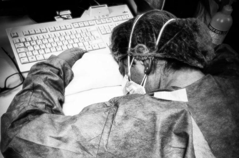 infermiera-cremona-esausta-foto-coronavirus