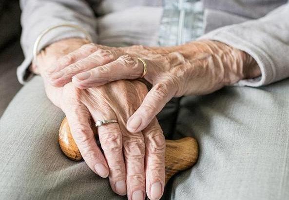 """97enne guarisce dal Coronavirus, il medico: """"Stiamo usando il farmaco napoletano"""""""