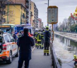 fuga Polizia getta Naviglio Milano frattura gamba