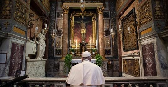 papa-francesco-coronavirus-prega-crocifisso-miracoloso
