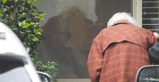 Photo of Marito e moglie divisi dal Coronavirus dopo 60 anni di matrimonio, si salutano dalla finestra