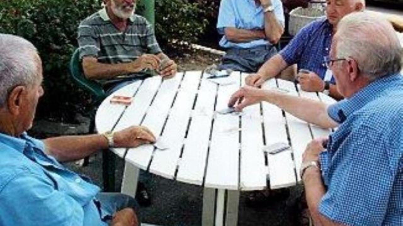 Photo of Coronavirus: violano la quarantena per giocare a briscola, sei pensionati nei guai nel milanese