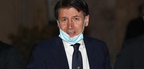 """Photo of Conte a un giornalista contestatore: """"Li scriva lei i decreti"""""""