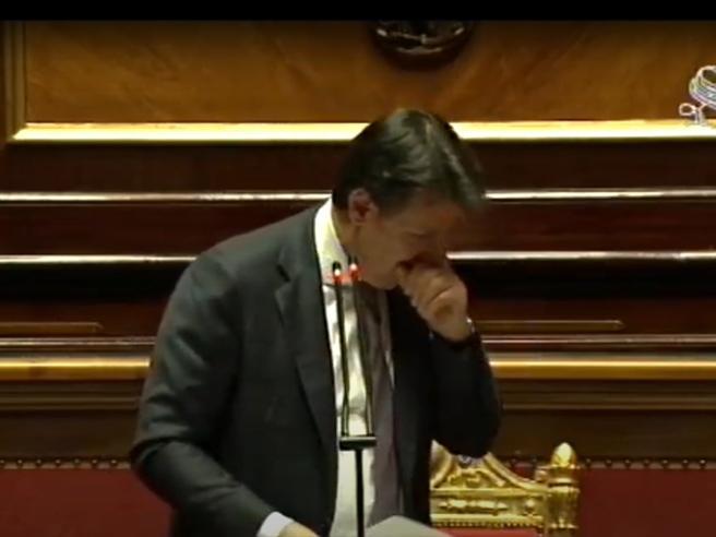 """Photo of Tosse in Senato (senza mascherina), Conte accorcia il discorso: """"Ho delle difficoltà"""""""