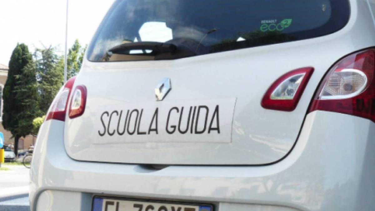 Photo of Coronavirus in Campania, riaprono le scuole guida: le indicazioni