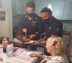poliziotti-aiutano-anziana-cucinare-firenze