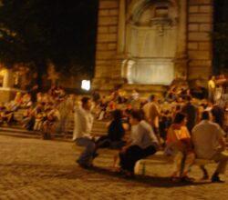 assembramenti-roma-chiusura-scale-piazza-trilussa-bologna
