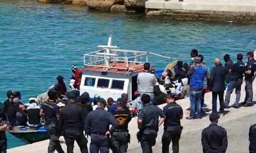 migranti-lamorgense-esercito-militari-sicilia