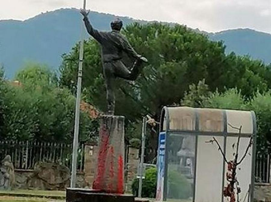 statua-roberto-benigni-imbrattata-vernice-rossa
