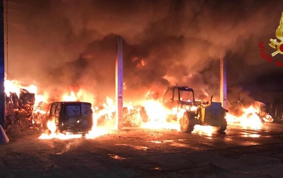 Photo of Vasto incendio nella notte a Fontanella, in fiamme una cascina: bruciati 40 quintali di fieno