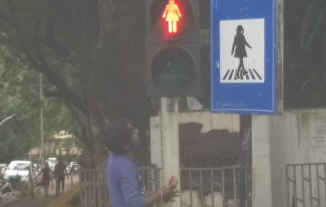 Sagome femminili semafori Mumbai parità di genere India