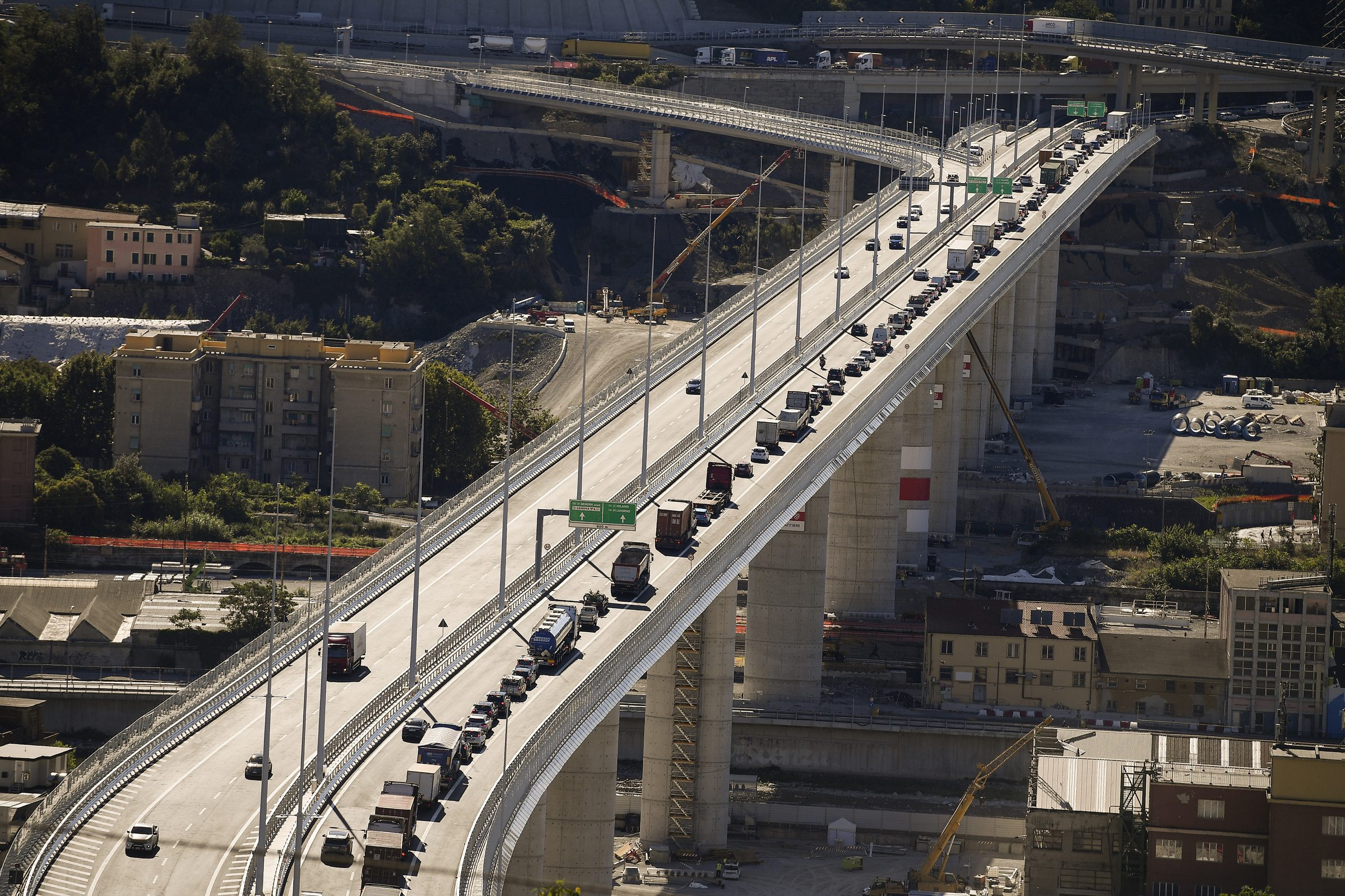 Photo of Ponte Genova San Giorgio aperto al traffico, curiosi fanno foto: prime code e disagi
