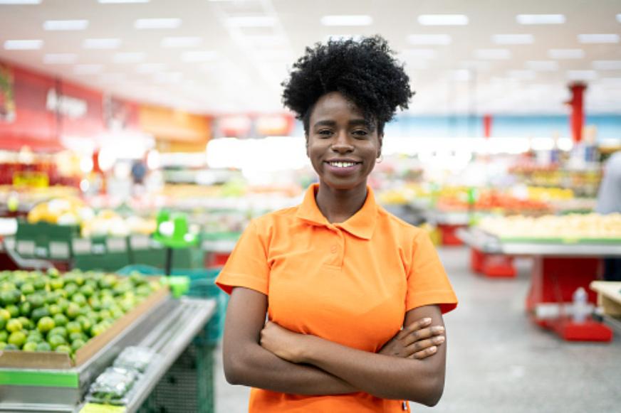 Photo of Pistoia, cliente di un supermercato rifiuta di essere servito da una commessa di colore