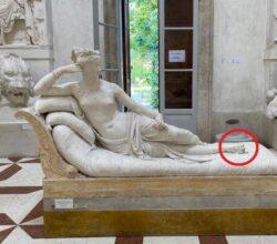 turista-rovina-statua-canova-selfie-dita-sgarbi