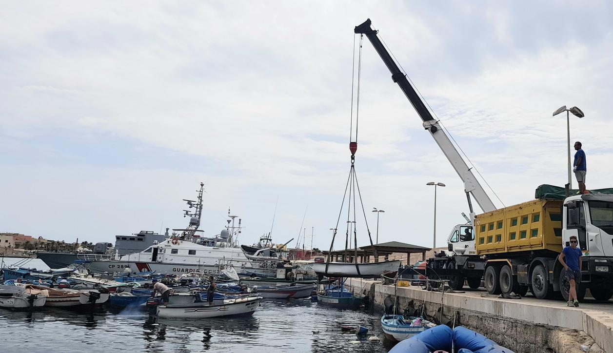 Photo of Lampedusa, al porto la demolizione di 160 barchini utilizzati dai migranti
