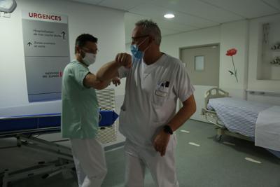 coronavirus-oms-ricorda-no-saluto-gomito