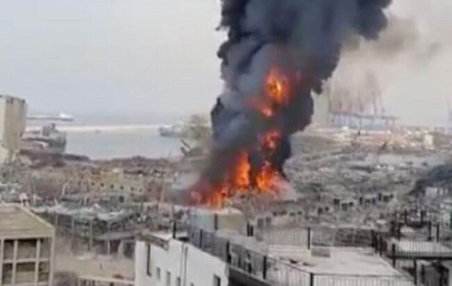 Beirut: gigantesco incendio al porto, un mese dopo le esplosioni