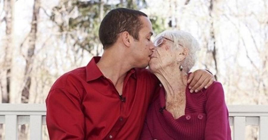 """Photo of A 31 anni si fidanza con una signora di 91: """"Amo baciare i suoi seni cadenti"""""""