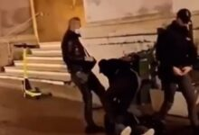 Photo of Parma, poliziotto dà un calcio al manifestante: agente sospeso