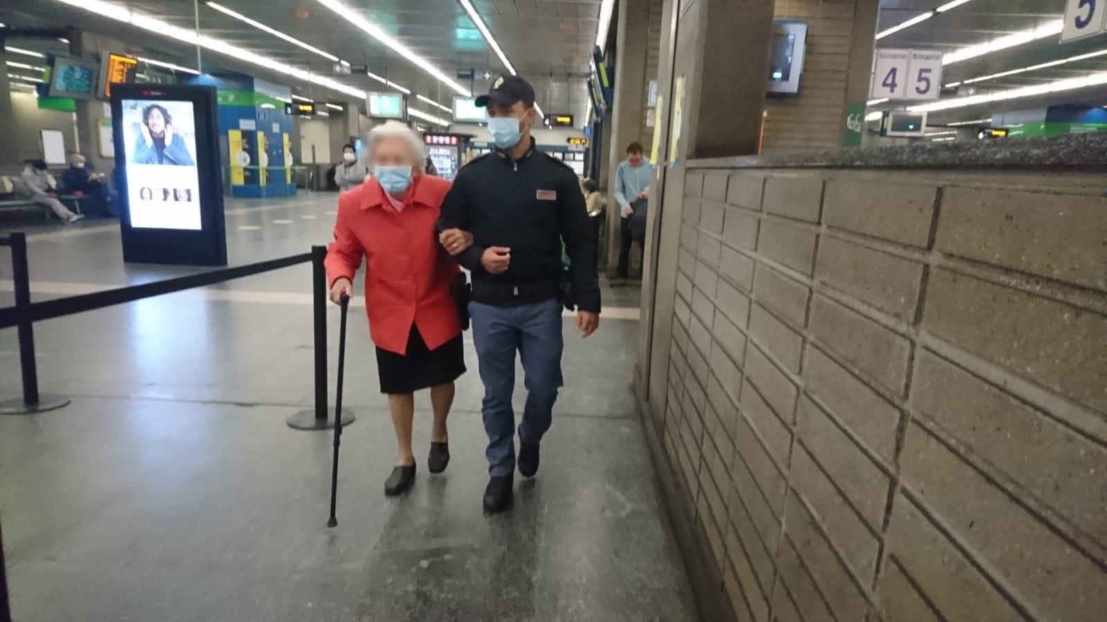 Photo of Milano, anziana perde i documenti e non ricorda più dove abita: i poliziotti la riportano a casa